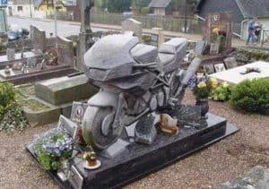 Der Grabstein für Motorrad Fahrer