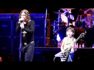 9-jaar whiz gitaar te spelen met Ozzy Osbourne