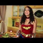 Wonder Woman zeigt uns wie man Hero-Sandwiches macht