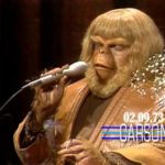 "Paul Williams chante dans sa ""La planète des singes"" Costume sur ""The Tonight Show"""