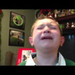 Im Rausch der Gefühle: Weihnachtsgeschenk überwältigt Jungen
