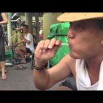 Lollipop artiste de rue – Strassenkünstler lutscht Büste aus Lolli