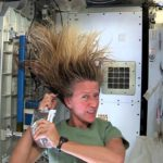How in space washes hair