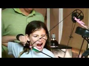Kleines Fräulein zieht sich einen Zahn mit Pfeil und Bogen