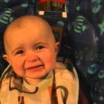 Baby vergiesst Tränen der Ergriffenheit beim Gesang der Mutter