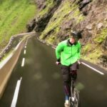 Rückwärts mit dem Fahrrad und Tempo 80 o passe para baixo