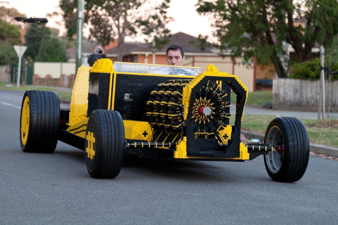 Lebensgrosses Lego Auto, welches mit Luft angetrieben wird