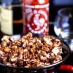 Wie człowiek Whisky-Sriracha Karmel Popcorn macht