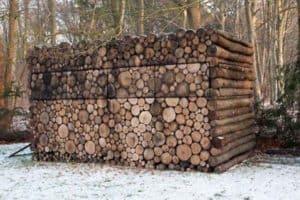 Haus getarnt als Holzstapel