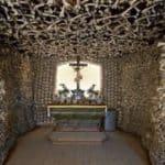 Polnische Kapelle gefüllt mit Tausenden von menschlichen Knochen