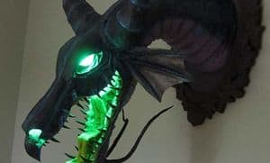 "Dornröschens ""Maleficent"" como dragón de papel maché"