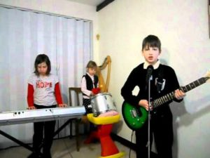 Lapset Medieval Band: Lasten Rammsteinin n peitellyn aurinko