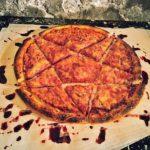 Som ett metalhead skär sin pizza