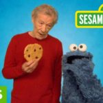 Sir Ian McKellen ensina Cookie Monster para resistir