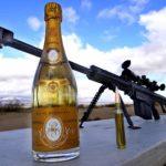 Wie man eine Champagnerflasche mit einem Scharfschützengewehr entkorkt