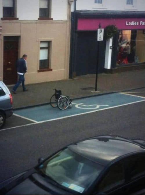 Neulich auf dem Behinderten-Parkplatz