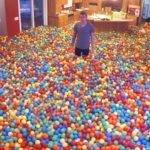 Una casa piena di palline di plastica colorate