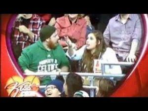 Kiss Cam Fail: Wenn das Handy wichtiger ist als die Freundin