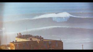 Surfen auf Riesenwellen in Portugal