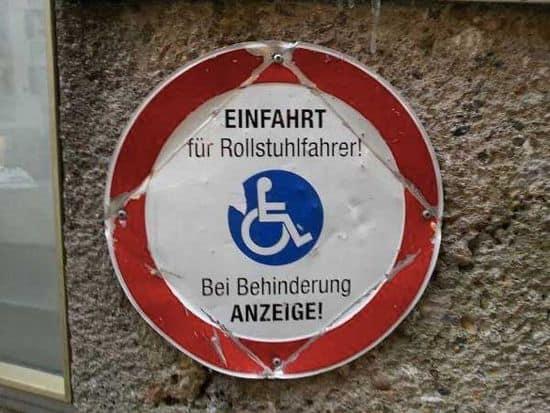 Einfahrt für Rollstuhlfahrer
