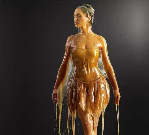 Preservation: Menschen mit Honig überschüttet