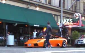 Mit dem Fahrrad über einen Lamborghini fahren