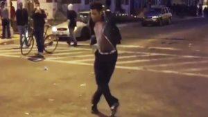 Demonstrant tanzt zu Michael Jackson inmitten der Baltimore Krawalle