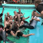 Dragonforce: Herman Li toca la guitarra en Metal Cruise piscina