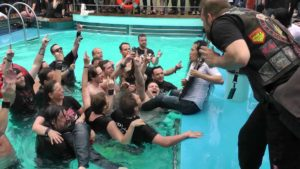 Dragonforce: Herman Li suona la chitarra in metallo Cruise Pool