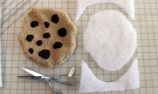 DIY Cookie Monster Fur Rug com Biscuit Pillow
