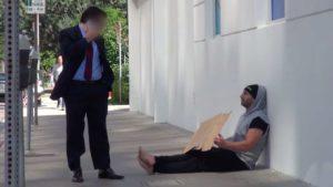 """Wie Wohlhabende reagieren, wenn ein """"Obdachloser"""" Geld verteilt"""