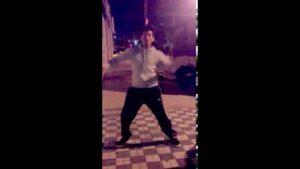 Zur Alarmanlage eines Autos tanzen