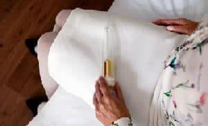 Dildo, gefüllt mit der Asche des verstorbenen Partners