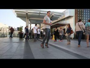 Mann trägt einen Tag lang High Heels