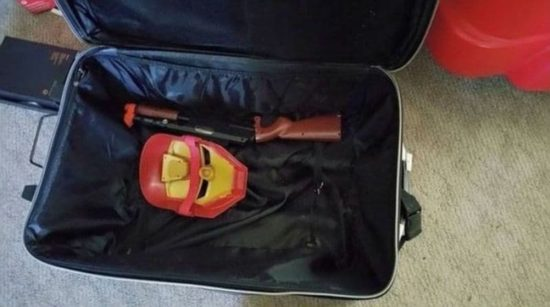 Mały chłopiec łapie walizkę