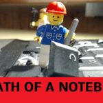 Morte di un notebook: figure Lego distruggendo un computer portatile