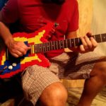 Zo klinkt een elektrische gitaar van legostenen