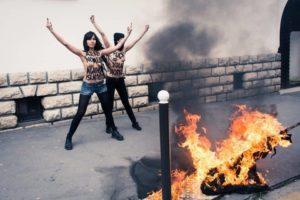 Libanesische Topless Mädchen verbrennen die Flagge des ISIS