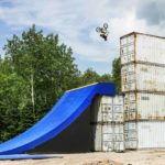 Uncontainable: De BMX op de scheepvaart containers door de lucht
