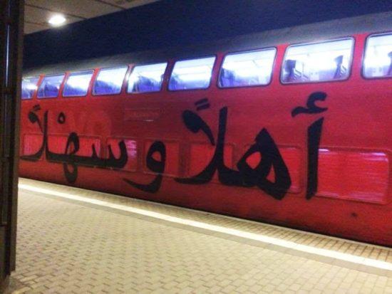 """S-Bahn """"Herzlich Willkommen"""" in het Arabisch"""