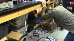 Elektroingenieur unter Strom
