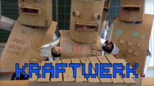 """Kids singen und spielen """"Die Roboter"""" von Kraftwerk"""