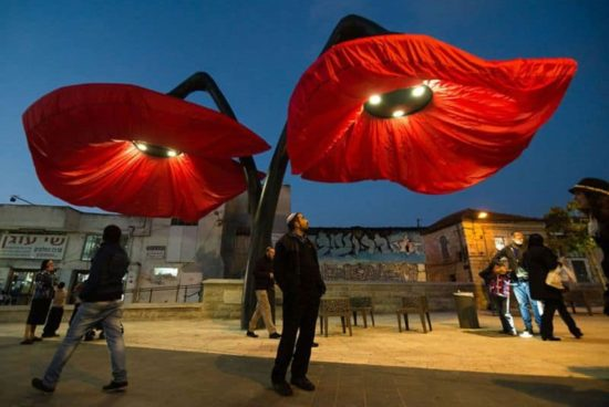 This flower bloom bulbs, when people are under them