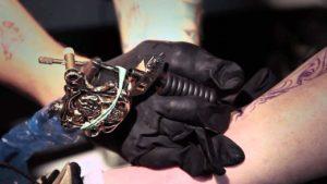 Mann, ohne Arme geboren, wird professioneller Tattoo Künstler