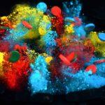 Slowmotion zusammenknallender, farbiger Magnete