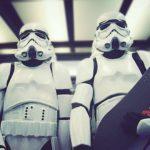 Stormtrooper, drevet med Longboard gennem byen