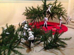 Stormtroopers bauen den Weihnachtsbaum zusammen