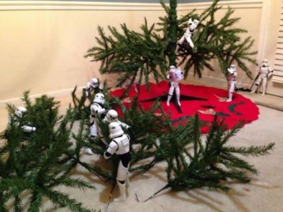 Stormtroopers construir el árbol de Navidad juntos