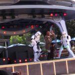 Denna unga padawan går som en galning på Darth Vader pågår i Disneyland
