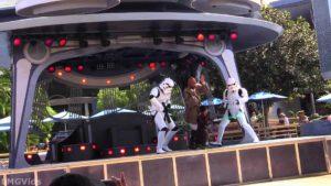 Dieser junge Padawan geht wie ein Berserker auf Darth Vader los in Disneyland